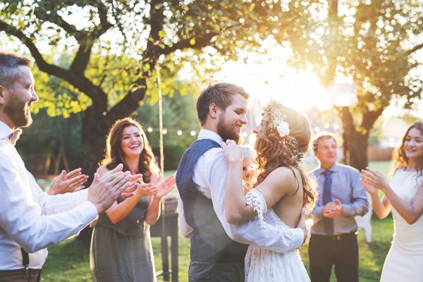 結婚式を友人のみの食事会で!少人数お披露目会の完全ガイド:演出内容と服装も