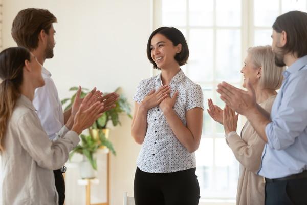 婚約を機に退職!結婚前や入籍後に退職する場合のタイミングと注意点を解説